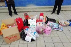 聊城莘县一小学门口一堆生活用品无人认领,背后故事很感人