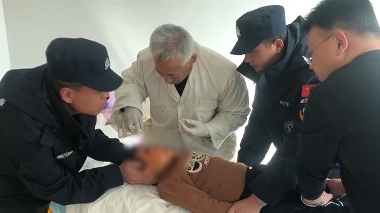 54秒丨孩子眼角磕破鲜血直流,90后巡警小哥哥帮忙送医还全程守护