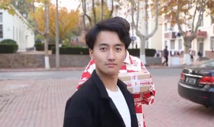 """他抖着肩膀走来了! 鲁东大学""""抖肩舞""""太欢乐"""