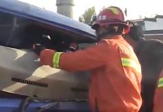 28秒|砰!货车撞上护栏车头严重变形,现场救援视频曝光