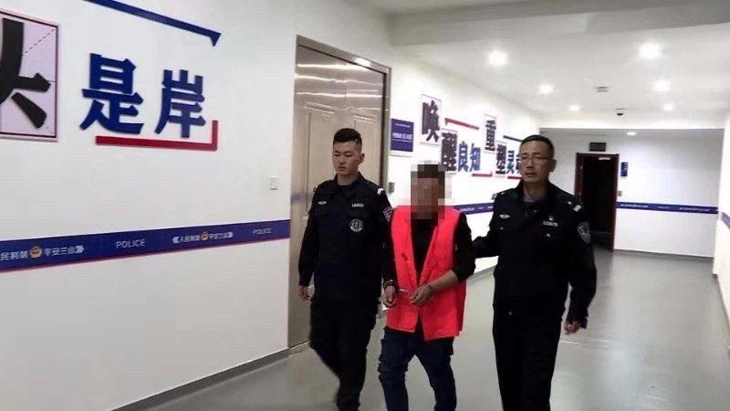 盗贼因被拽掉手表 返回受害人家中泼粪报复