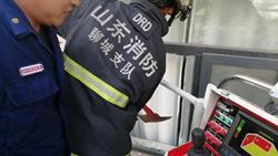 34秒|聊城一两岁娃娃被反锁6楼家中,消防员登云梯破窗救人
