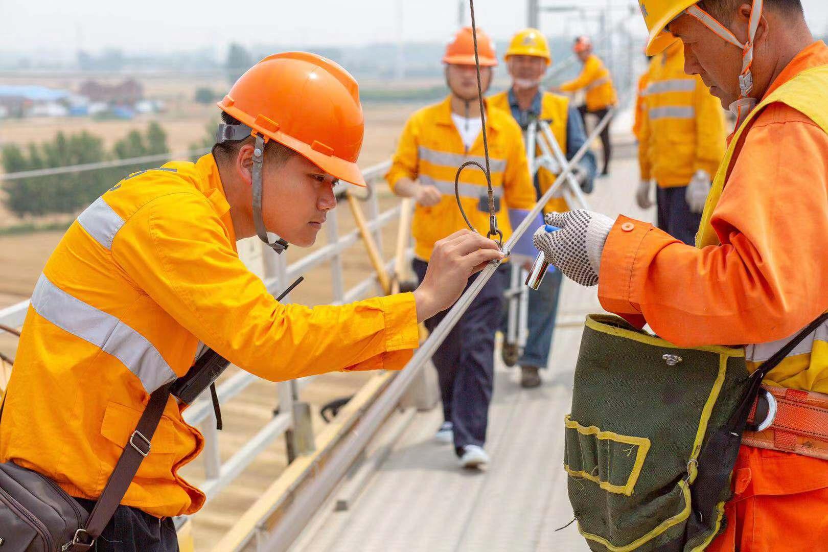 高铁画师辛培龙用画笔记录鲁南高铁笑与泪 期待复兴号奔驰在沂蒙大地上