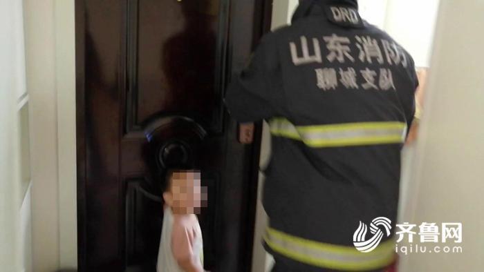 山东聊城:两岁儿童反锁家中 消防员云梯破窗施救[00-01-44][20191126-153340646].jpg