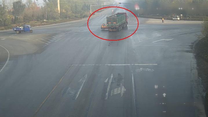 29秒|实拍!聊城一电动四轮车和货车同时闯红灯 乘客瞬间被甩飞
