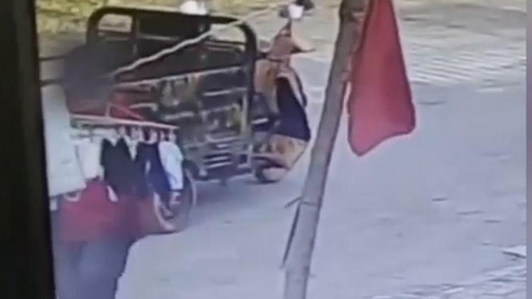 19秒丨滨州阳信一男子光天化日下偷女性内衣,监控拍下全过程!