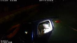 66秒丨聊城高唐一小轿车冲入湖内致一人死亡 监控还原事发经过