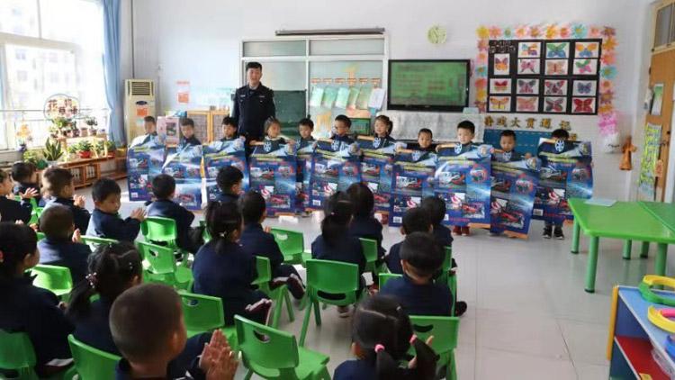 23秒丨萌娃学交规!滨州博兴交警交通安全教育走进幼儿园