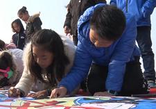 50秒 枣庄师生和交警用手中画笔描绘出一幅文明出行的主题长卷