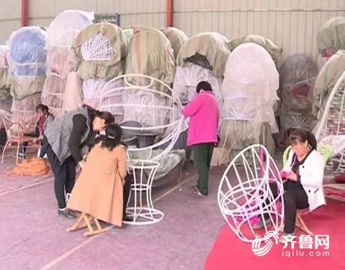 在编织藤椅的村民.jpg