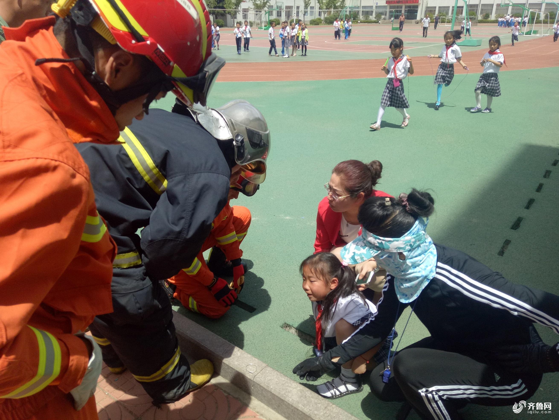 威海柔道体育课手探下水道被卡消防女孩剪断讲述漫画人员图片