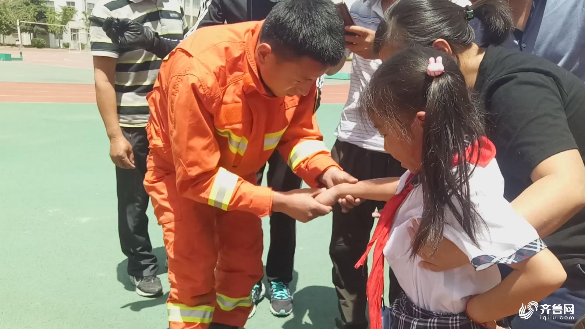 威海人员体育课手探下水道被卡消防女孩剪断八一赛艇队主教练图片