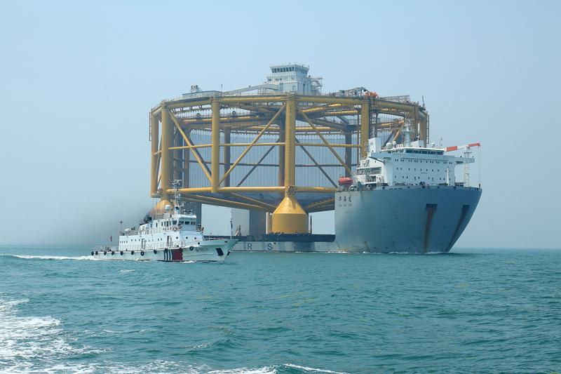 """6月17日中午12时,载运着世界首座规模最大的半潜式智能海上""""渔场""""的半潜船""""华海龙""""号,在青岛海事局交管中心的密切监控下,在""""海巡0511""""轮的护航下,安全驶出青岛胶州湾,踏上挪威的""""旅途""""。 (2).JPG"""