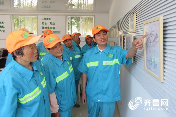 1崔树桐(右)向同事展示自己的作品.JPG