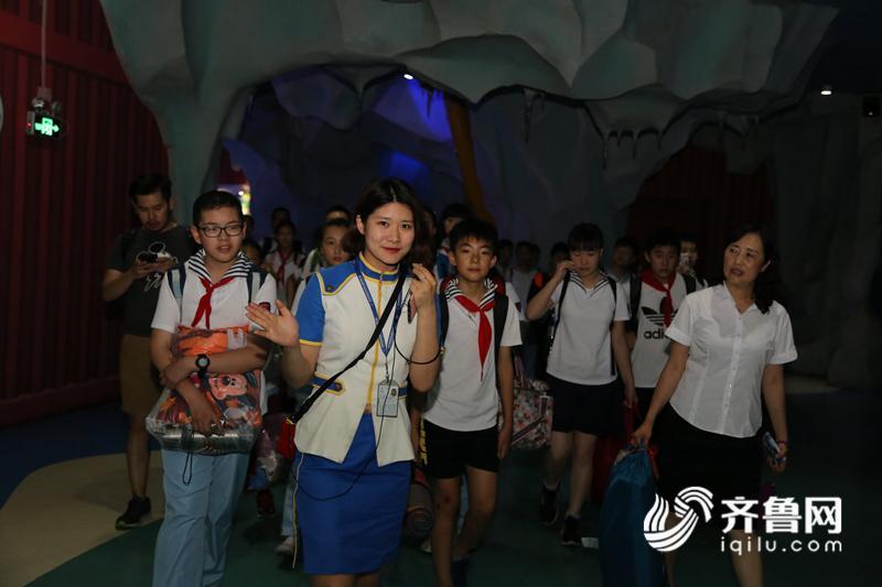 现场中,市南区实验小学校长张俊华女士致辞,学生代表向任教老师敬献