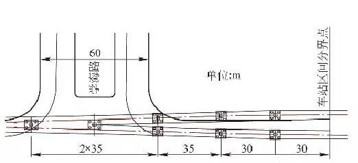 """齐鲁网济南4月12日讯(记者 高亚南)4月10日,济南轨道交通R1线前大彦站完成主体施工。它是济南首个主体建成的地铁站,整个车站呈现出""""鱼腹型""""。  前大彦车站的造型是鱼腹形岛式站台高架车站,那么什么是鱼腹形岛式高架车站呢,小编带着大家一起来看看。 目前,鱼腹形岛式站台高架车站工程应用还较少,那么这种形式的车站有什么优势呢(以南京地铁2号线东延线工程为例)? 缩短车站端区间喇叭口过渡段长度 鱼腹形岛式站台在车站中部设置一组曲线,车站端部呈楔形,整个站台中间宽、两头窄,从而可有效缩"""