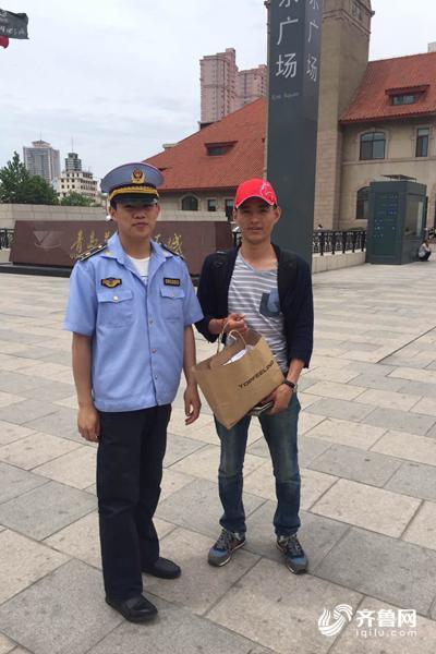 """旅游旺季青岛火车站周边出现9名""""马大哈""""带孩子出游需"""