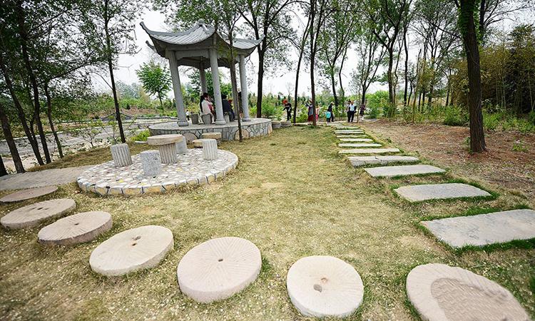 日照小山村收购万块废弃石磨 打造石磨广场助推乡村旅游