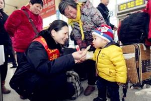【网络媒体走转改】吃完饺子再回家 车站里飘出浓浓年味