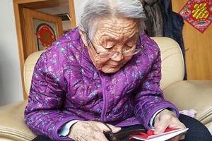新春走基层丨德州92岁老人用药盒说明书剪纸 巧手剪出幸福花