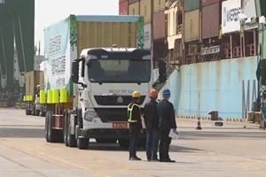 中国重汽全球首台无人驾驶电动卡车开启港口试运营