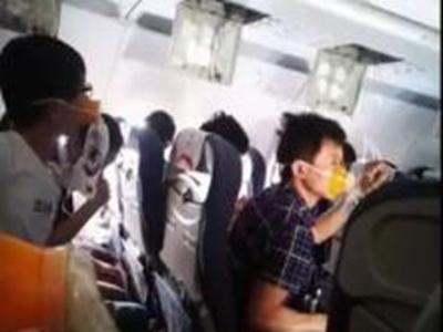 巨响后飞机极速降落!有乘客高空失压,已昏迷  两次