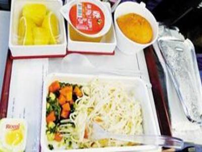 意外发生前:飞机平稳飞行,乘客正在吃早餐