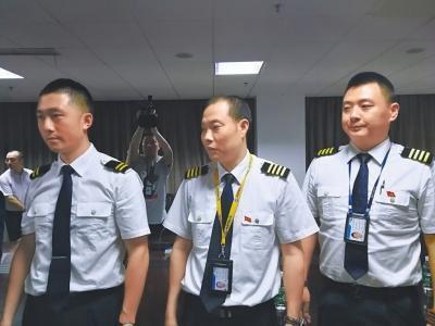 机长刘传健:感谢全体9名机组人员