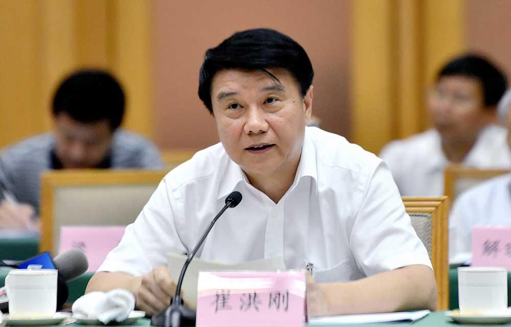 泰安市委书记崔洪刚:低下头弯下腰蹲下身为企业和群众服务