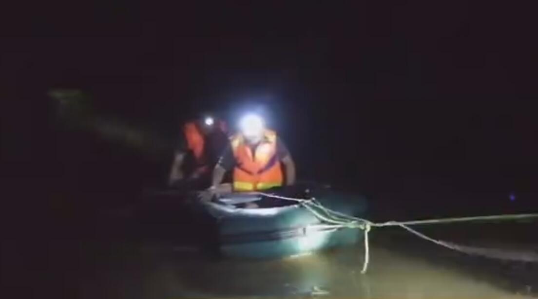寿光这位村支书深夜跳入洪水 救助被困警察群众