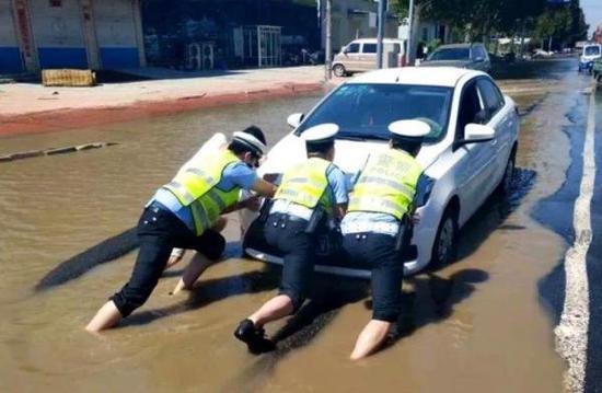 山东公安机关4万警力全力抢险救灾 冲锋舟、橡皮艇等装备运抵一线
