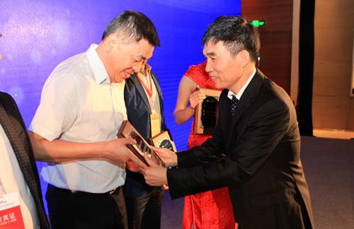 东岳集团总裁王维东为年度合作伙伴授牌