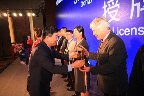 东岳集团党委书记、董事局主席张建宏为年度合作伙伴授牌