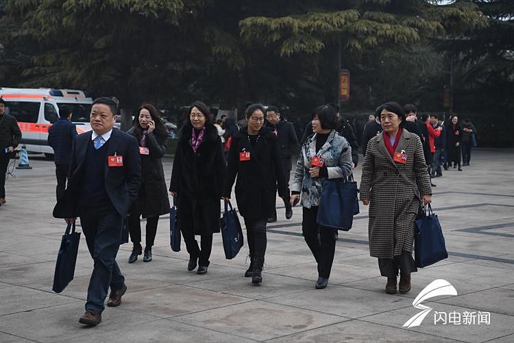 组图丨省政协十二届二次会议将于9时开幕 政协委员陆续步入会场