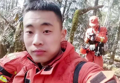 师弟师妹书写黑板报致敬凉山森林火灾牺牲的消防英雄赵永一