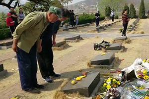 54秒丨 献花、鞠躬、默哀……群众自发悼念徐鹏龙烈士