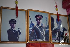 牺牲民警张勇父母返回济南收拾儿子遗物:荣誉证书、军功章装满一箱子
