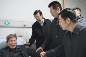 菏泽市委书记张新文、市长陈平看望慰问张雪领家人