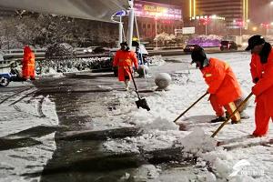 """2020年第一场雪:潍坊""""城市美容师""""连夜奋战除雪第一线"""