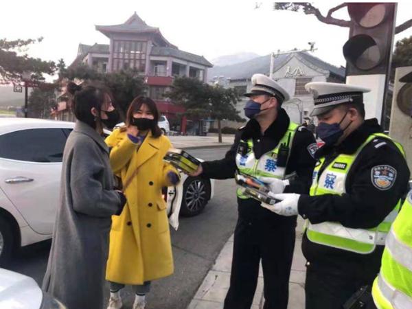 泰安爱心市民向一线执勤交警赠送口罩
