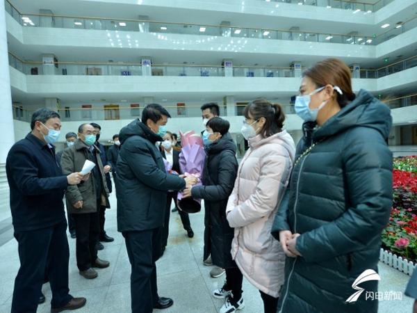 泰安6名护理专业人员启程援助湖北 市委书记崔洪刚送行