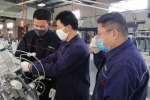 直播:青岛一韩资企业推掉国外订单生产医用防护服压条机