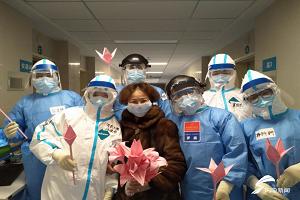 黄冈病房里的三八节:山东护士手工制作百合花 患者收到暖心礼物