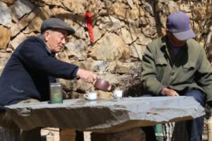 日照东港前九条沟村:樱花迎春绽放 看小院里88岁老人徐茂西的幸福生活