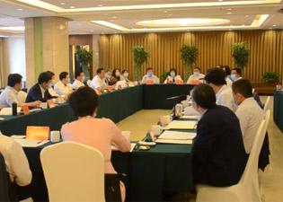 聚焦滨州两会|佘春明与政协委员一起讨论政府工作报告