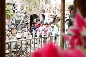 """东营广饶75岁老人捡废石料近10年 打造别具风味的""""石林小筑"""""""