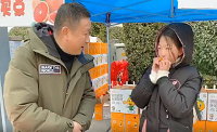 """果农袁志明捐出部分售卖费用给""""山药女孩"""""""