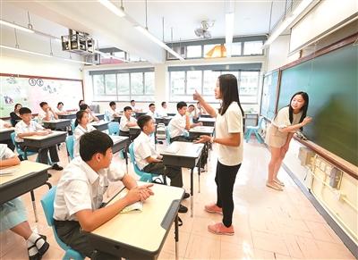 香港教育工作者联会黄楚标中学的学生正在上课。新华社记者 秦晴 摄