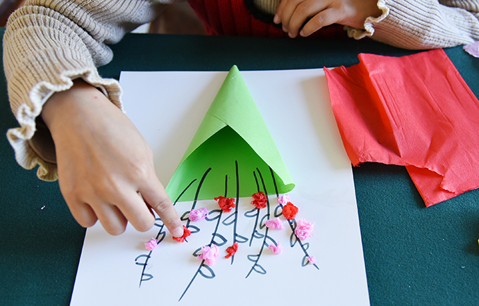 小朋友与家长手工制作茱萸花作品。人民视觉 资料图