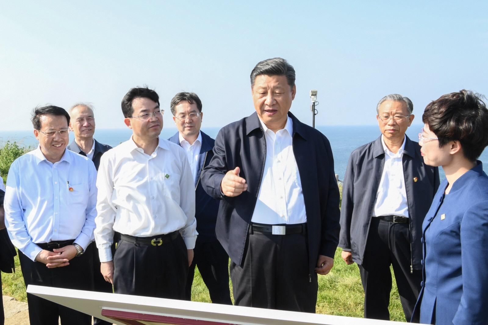 习近平乘船赴威海湾的刘公岛考察1.jpg